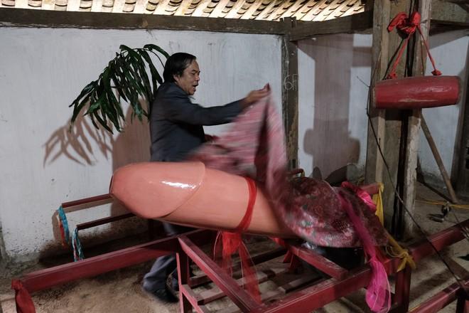 Chị em phụ nữ bạo dạn chụp ảnh bên Tàng Thinh - sinh thực khí nam ở Lễ hội Ná Nhèm - Ảnh 4.