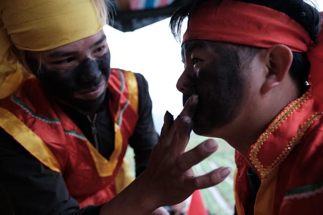 Chị em phụ nữ bạo dạn chụp ảnh bên Tàng Thinh - sinh thực khí nam ở Lễ hội Ná Nhèm - Ảnh 7.