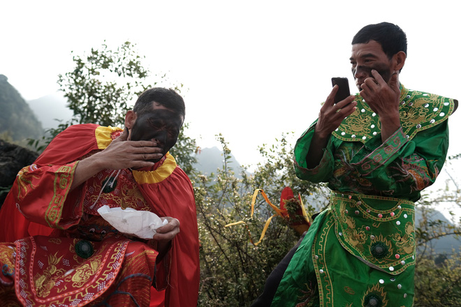 Chị em phụ nữ bạo dạn chụp ảnh bên Tàng Thinh - sinh thực khí nam ở Lễ hội Ná Nhèm - Ảnh 9.