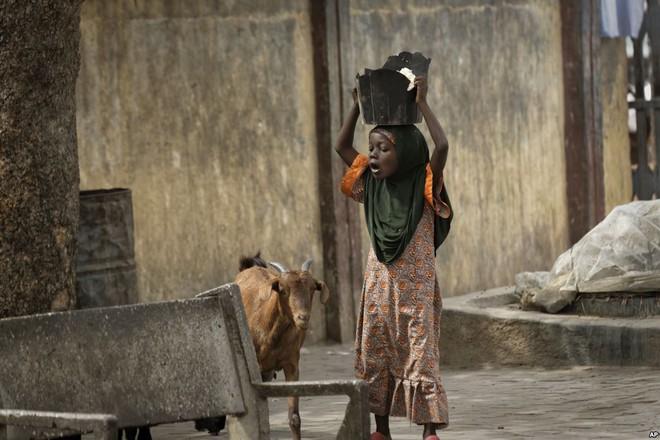 24h qua ảnh: Người Campuchia đốt hương trên lưng trần mừng năm mới - ảnh 10