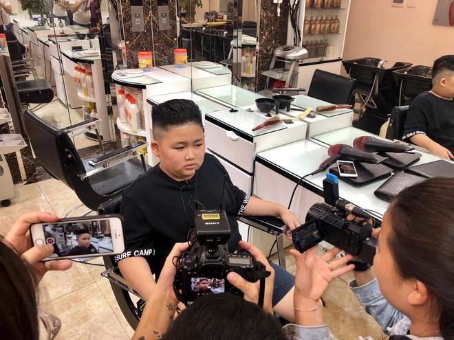 Báo chí nước ngoài đổ bộ vào quán cắt tóc kiểu ông Donald Trump và ông Kim Jong Un - Ảnh 8.