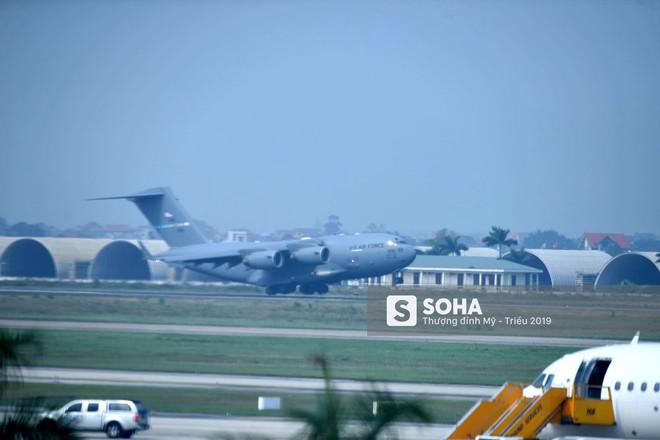 Chiếc vận tải cơ của Mỹ đến sân bay Nội Bài vào thời điểm 1 tuần trước hội nghị thượng đỉnh giữa tổng thống Mỹ Donald Trump và lãnh đạo Triều Tiên Kim Jong Un, tổ chức tại Hà Nội ngày 27-28/2 tới. (Ảnh: Lập Tuấn)