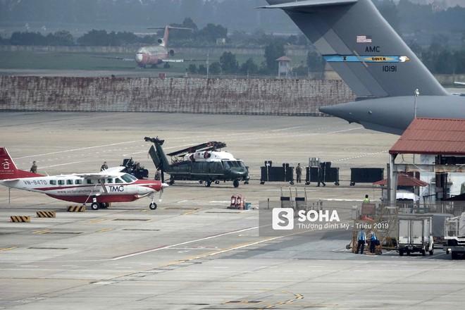 [NÓNG] Ngựa thồ C-17 Mỹ đáp xuống sân bay Nội Bài, thả siêu trực thăng Marine One của TT Trump - Ảnh 7.