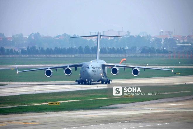 [NÓNG] Ngựa thồ C-17 Mỹ đáp xuống sân bay Nội Bài, thả siêu trực thăng Marine One của TT Trump - Ảnh 3.