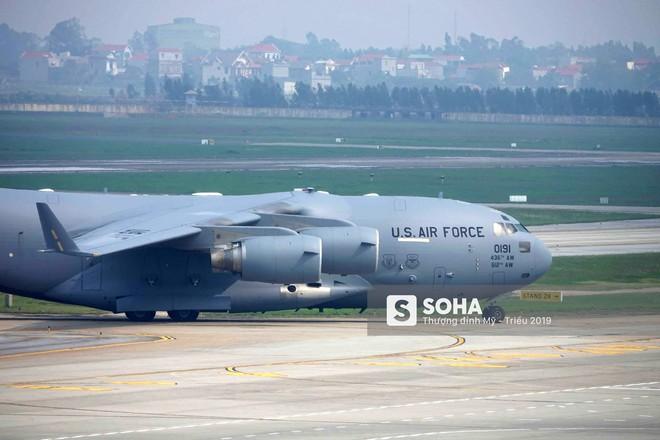 [NÓNG] Ngựa thồ C-17 Mỹ đáp xuống sân bay Nội Bài, thả siêu trực thăng Marine One của TT Trump - Ảnh 4.