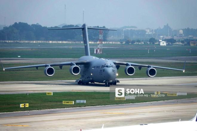 [NÓNG] Ngựa thồ C-17 Mỹ đáp xuống sân bay Nội Bài, thả siêu trực thăng Marine One của TT Trump - Ảnh 5.