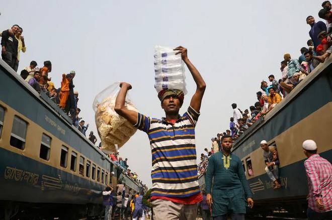 24h qua ảnh: Người Campuchia đốt hương trên lưng trần mừng năm mới - ảnh 2
