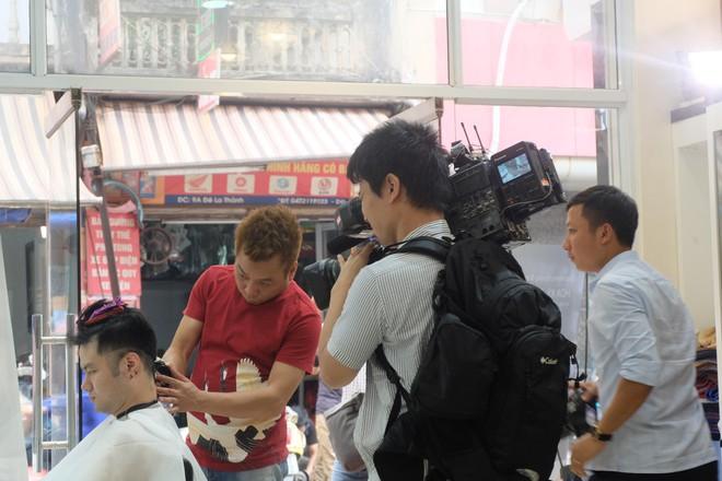 Báo chí nước ngoài đổ bộ vào quán cắt tóc kiểu ông Donald Trump và ông Kim Jong Un - Ảnh 11.
