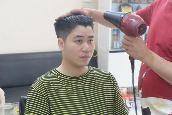 Người Hà Nội xếp hàng để cắt kiểu tóc của ông Donald Trump và ông Kim Jong Un - Ảnh 3.