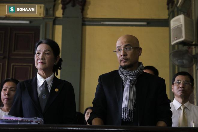 Ông Đặng Lê Nguyên Vũ đến tòa từ sớm, bà Lê Hoàng Diệp Thảo xuất hiện vào phút chót - Ảnh 2.