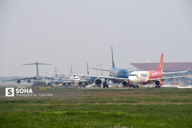 [CHÙM ẢNH] Đường băng đông như trẩy hội, C-17 Mỹ xếp hàng chờ cất cánh ở Nội Bài - Ảnh 5.