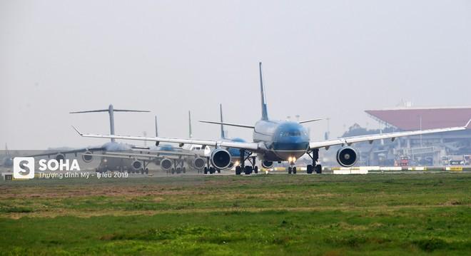 [CHÙM ẢNH] Đường băng đông như trẩy hội, C-17 Mỹ xếp hàng chờ cất cánh ở Nội Bài - Ảnh 6.