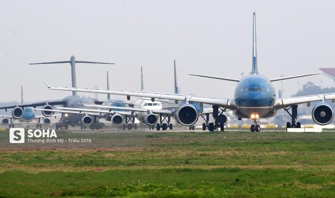 [CHÙM ẢNH] Đường băng đông như trẩy hội, C-17 Mỹ xếp hàng chờ cất cánh ở Nội Bài - Ảnh 7.