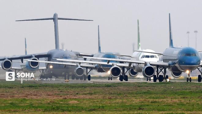 [CHÙM ẢNH] Đường băng đông như trẩy hội, C-17 Mỹ xếp hàng chờ cất cánh ở Nội Bài - Ảnh 8.