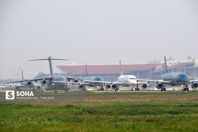 [CHÙM ẢNH] Đường băng đông như trẩy hội, C-17 Mỹ xếp hàng chờ cất cánh ở Nội Bài - Ảnh 4.
