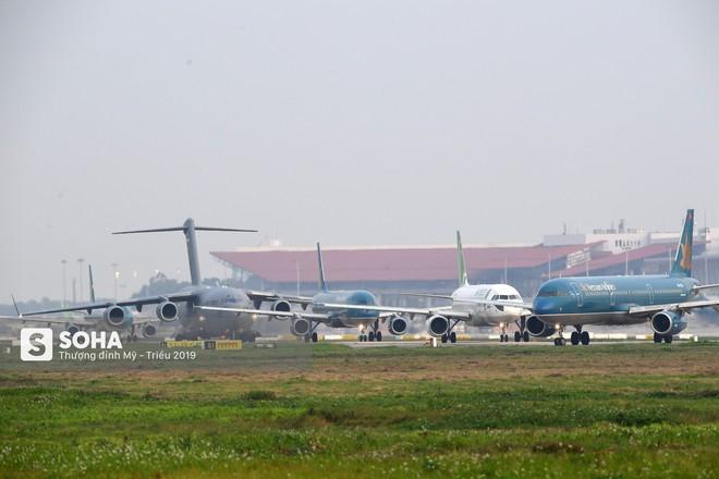 [CHÙM ẢNH] Đường băng đông như trẩy hội, C-17 Mỹ xếp hàng chờ cất cánh ở Nội Bài - Ảnh 9.