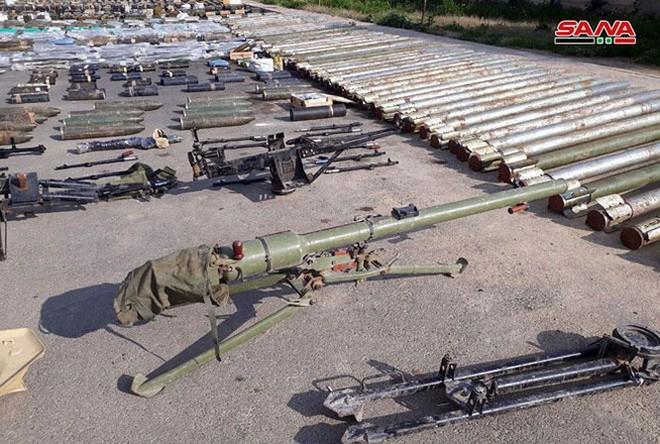 """Quân đội Syria thu hoạch vũ khí của """"quân thánh chiến"""" tại ngoại ô Damascus - Ảnh 1."""