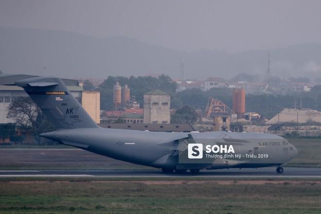 [NÓNG] Vận tải cơ C-17 của Không quân Mỹ hạ cánh tại sân bay Nội Bài - Ảnh 6.