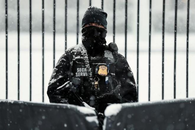 24h qua ảnh: Mật vụ Mỹ đứng gác Nhà Trắng dưới mưa tuyết - Ảnh 3.