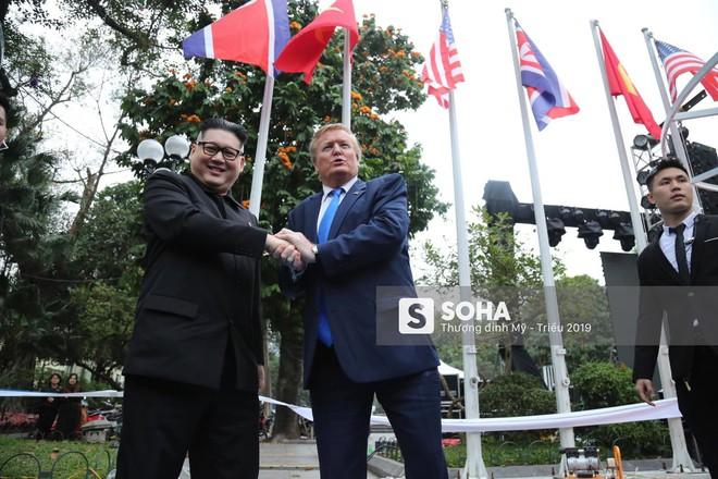 Cặp đôi Kim, Trump giả diễn sâu ở Hà Nội: Những khoảnh khắc bản sao trông oách không kém bản thật - Ảnh 8.