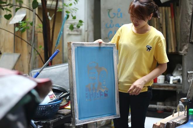 Chủ quán phố cổ bất ngờ hốt bạc từ áo phông in hình ông Donald Trump và ông Kim Jong Un - Ảnh 6.