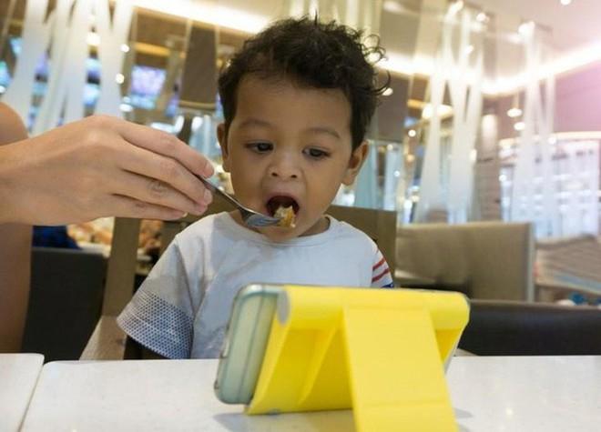 Vừa ăn vừa xem điện thoại: Thói quen xấu đánh cắp sức khỏe của cả người lớn và trẻ nhỏ - Ảnh 2.