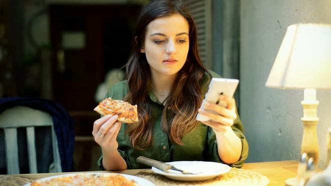 Vừa ăn vừa xem điện thoại: Thói quen xấu đánh cắp sức khỏe của cả người lớn và trẻ nhỏ - Ảnh 3.