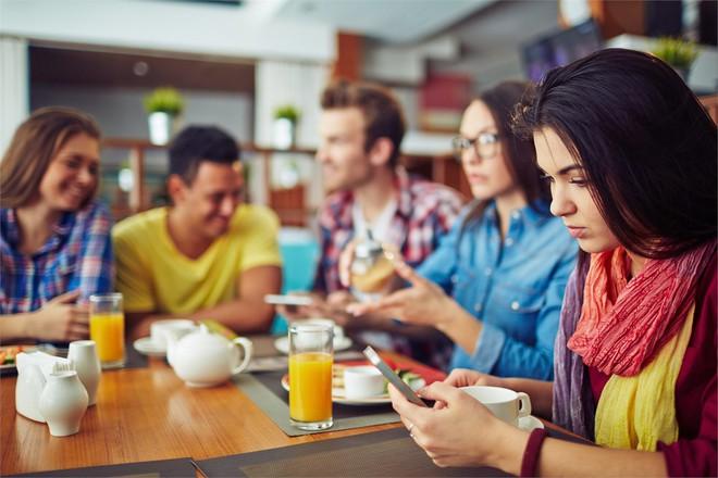Vừa ăn vừa xem điện thoại: Thói quen xấu đánh cắp sức khỏe của cả người lớn và trẻ nhỏ - Ảnh 4.
