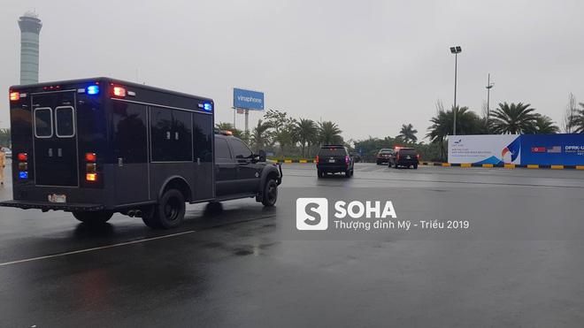 [NÓNG] Siêu xe Quái thú và đoàn xe hộ tống rời sân bay Nội Bài về nội thành Hà Nội - Ảnh 2.