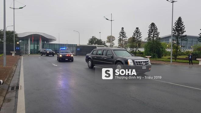 [NÓNG] Siêu xe Quái thú và đoàn xe hộ tống rời sân bay Nội Bài về nội thành Hà Nội - Ảnh 1.