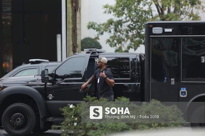 Siêu xe Quái thú của TT Trump về đến khách sạn sau khi dừng đổ xăng trên đường phố Hà Nội - Ảnh 5.