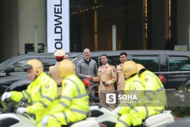 [VIDEO] Đặc vụ Mỹ hồ hởi bắt tay CSGT Hà Nội sau khi đưa siêu xe The Beast của TT Trump về khách sạn - Ảnh 8.