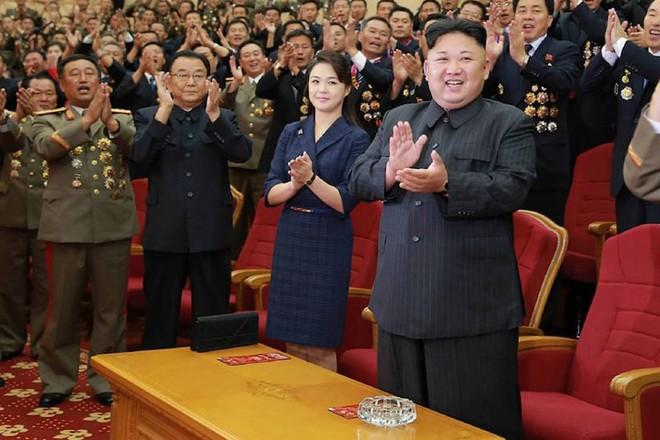 Nhan sắc yêu kiều của nữ ca sĩ là phu nhân ông Kim Jong Un, biểu tượng thời trang Triều Tiên - Ảnh 3.