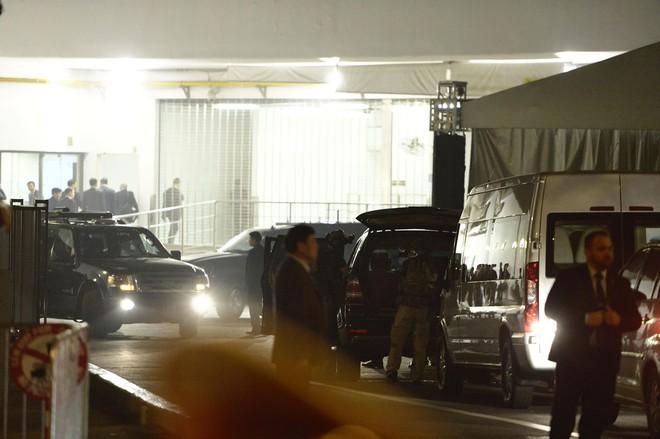 Đoàn siêu xe The Beast đưa Tổng thống Trump về khách sạn JW Marriott qua cửa bếp - Ảnh 5.