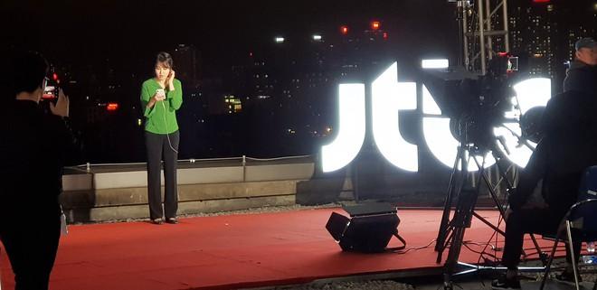 """Dân mạng """"chộp"""" được cảnh tạm bợ của đài truyền hình Hàn Quốc trên nóc nhà cao tầng ở Hà Nội  - Ảnh 6."""