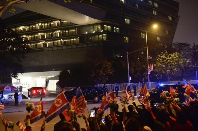 [ẢNH] Người dân Hà Nội nô nức chờ đón sự xuất hiện của tổng thống Mỹ Donald Trump - Ảnh 16.