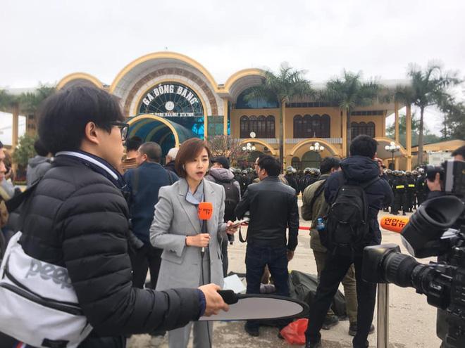 Tác nghiệp ở ga Đồng Đăng, nữ phóng viên Hàn Quốc xinh đẹp gây ấn tượng mạnh - Ảnh 4.