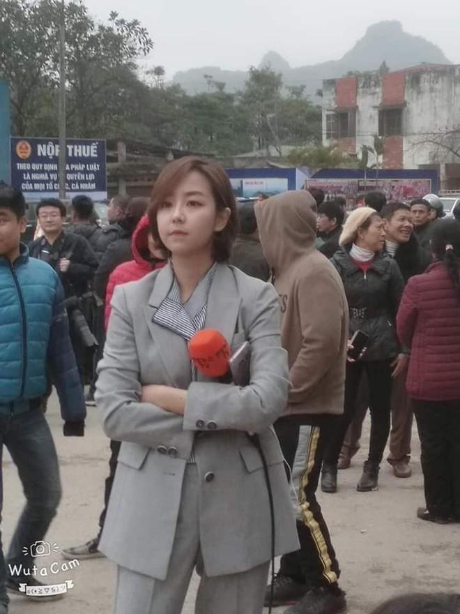 Tác nghiệp ở ga Đồng Đăng, nữ phóng viên Hàn Quốc xinh đẹp gây ấn tượng mạnh - Ảnh 2.