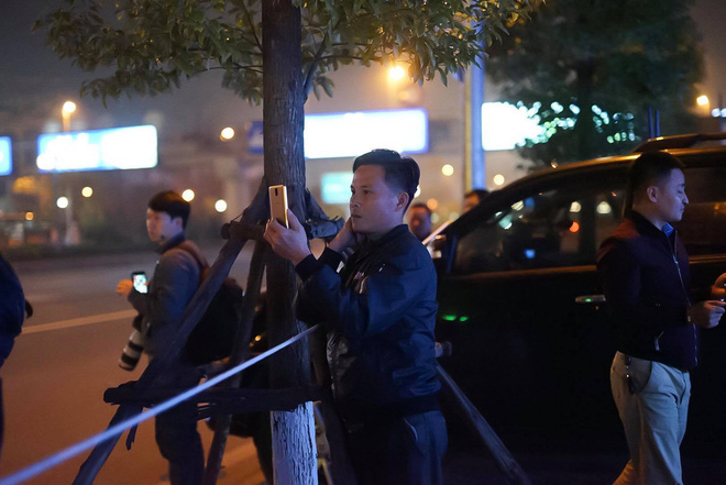 [ẢNH] Người dân Hà Nội nô nức chờ đón sự xuất hiện của tổng thống Mỹ Donald Trump - Ảnh 11.