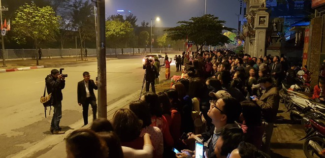 [ẢNH] Người dân Hà Nội nô nức chờ đón sự xuất hiện của tổng thống Mỹ Donald Trump - Ảnh 9.