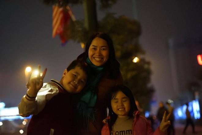 [ẢNH] Người dân Hà Nội nô nức chờ đón sự xuất hiện của tổng thống Mỹ Donald Trump - Ảnh 12.