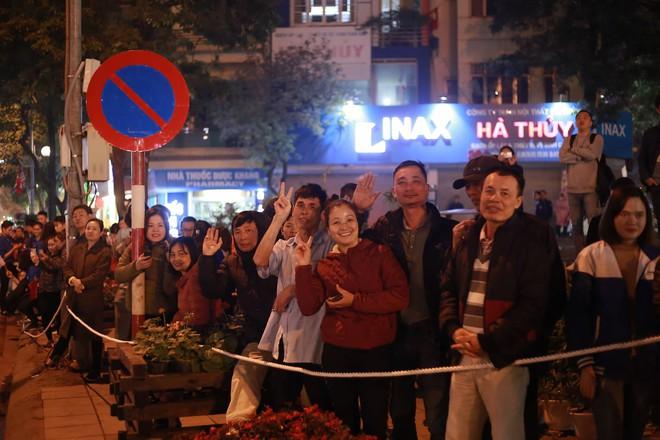 [ẢNH] Người dân Hà Nội nô nức chờ đón sự xuất hiện của tổng thống Mỹ Donald Trump - Ảnh 1.