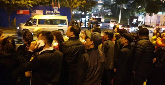 [ẢNH] Người dân Hà Nội nô nức chờ đón sự xuất hiện của tổng thống Mỹ Donald Trump - Ảnh 8.
