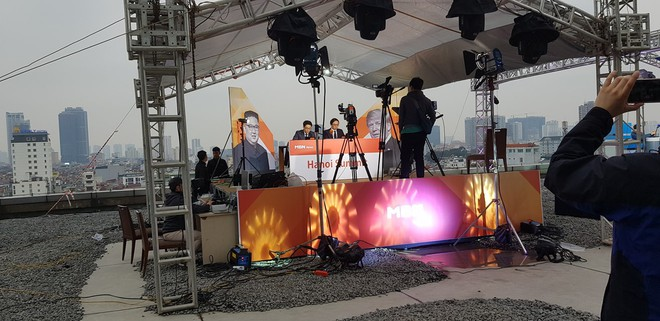"""Dân mạng """"chộp"""" được cảnh tạm bợ của đài truyền hình Hàn Quốc trên nóc nhà cao tầng ở Hà Nội  - Ảnh 5."""