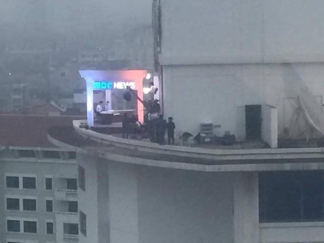"""Dân mạng """"chộp"""" được cảnh tạm bợ của đài truyền hình Hàn Quốc trên nóc nhà cao tầng ở Hà Nội  - Ảnh 1."""