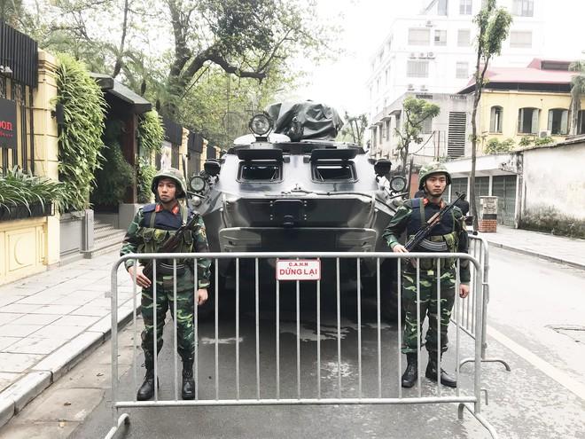 Cận cảnh dàn xe thiết giáp bảo vệ Chủ tịch Kim Jong Un khi tới Hà Nội - Ảnh 1.