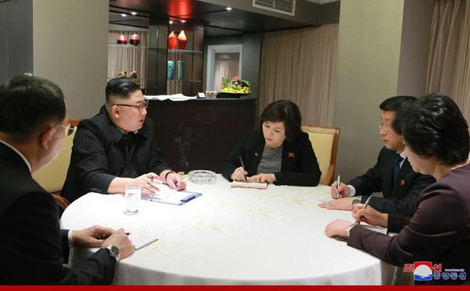 Ngay khi đặt chân đến Hà Nội, ông Kim Jong Un đã nghe báo cáo về hội nghị thượng đỉnh Mỹ Triều lần 2