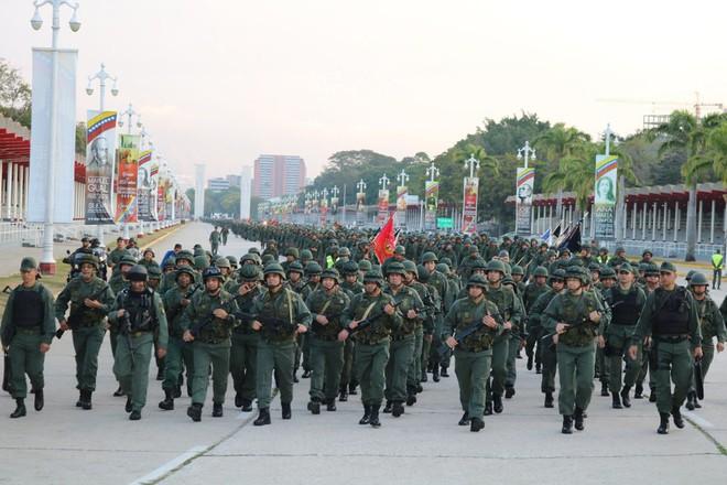 Quân đội Venezuela khoe cơ bắp trong tình hình nóng - ảnh 11