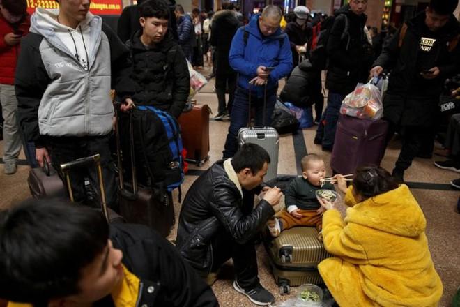 Ảnh: Gian nan hành trình về quê ăn Tết của người Trung Quốc - Ảnh 1.