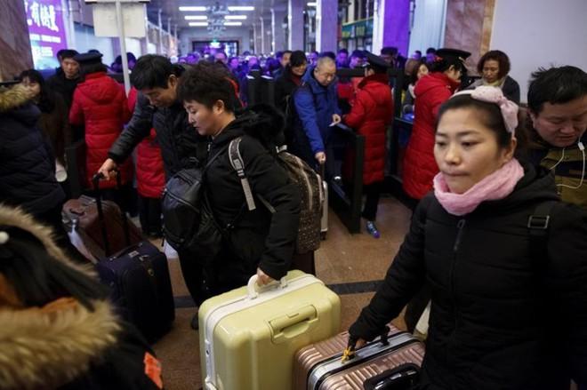 Ảnh: Gian nan hành trình về quê ăn Tết của người Trung Quốc - Ảnh 12.